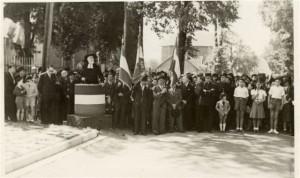 Cérémonie en 1946 présidée par le  Rabbin Kahlenberg pour l'inauguration du monument aux victimes de la déportation (Fonds privé Nadia Hofnung )