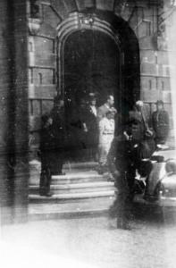 Le mérachal Pétain sortant de la Préfecture de Belfort en septembre 1944. (photo : ADTB)