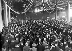 Cérémonie au marché couvert Fréry de Belfort, le 22 février 1945, à l'occasion du rapatriement des corps des fusillés de Besançon. (source : ADTB)