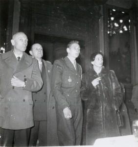 Mme Brosset et de son fils le 20 novembre 1954. (Archives municipales de Belfort.)