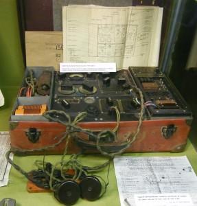 Emetteur-récepteur. (photos : R.Bernat. Origine : Musée de la Résistance et de la Déportation. Ville de Besançon. )