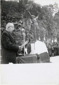 Le le maire Hubert Metzger lors de son discoursd'inauguration du monuments des fusillés, place Anne Frank, le 20 novembre 1954. (sources : archives municipales de Belfort).