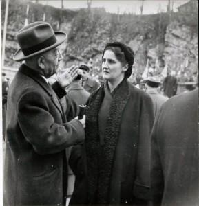 M. Metzger et Mme De Lattre de Tassigny lors de l'inauguration du monuments des fusillés, place Anne Frank, le 20 novembre 1954. (photo: Archives municipales de Belfort)