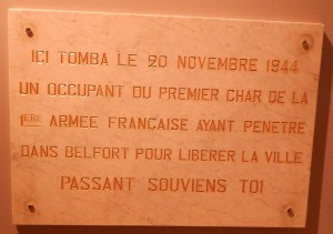 Plaque apposée sur la façade du bureau de poste de l'avenue Jean Jaurès du 20 novembre 1946 au 20 novembre 1986. (Collection Musées de Belfort)