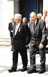 En 2005 : Paul Kiffel remet la légion d'honneur à René Grandvoinet sur la place Larger à Valdoie. (Source : André Sachet)