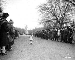 Cérémonie au monument aux morts, square du Souvenir à Belfort en novembre 1944. (Archives nationales USA)