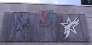 Monument d'Arcey - détail (photo : R. Bernat). Les insignes de la 5eme DB et de la 2eme DIM entourent celui de l'Armée Rhin et Danube.