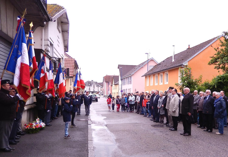Une cérémonie officielle avec les autorités et les porte-drapeaux.