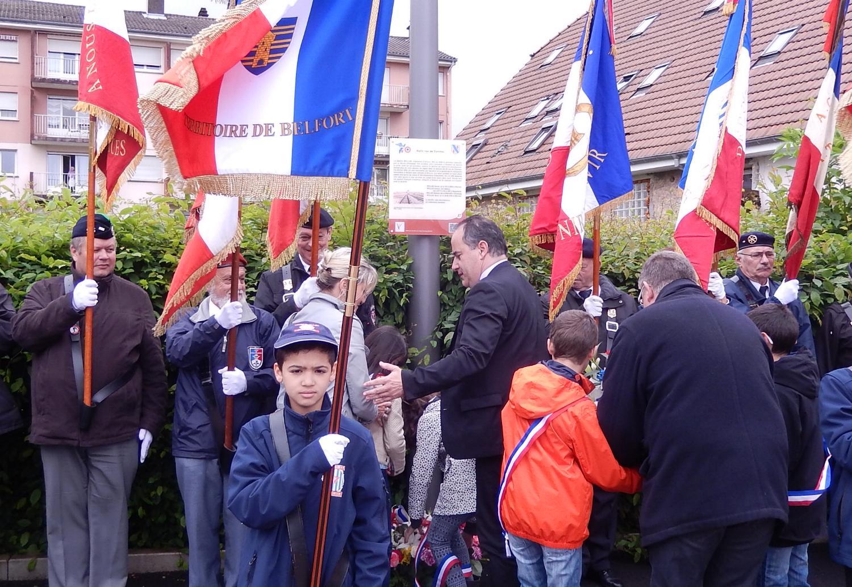Dévoilement de la plaque par M. le Député-Maire et Mme la Conseillère Départementale en présence des jeunes porte-drapeaux de l'UNADIF.